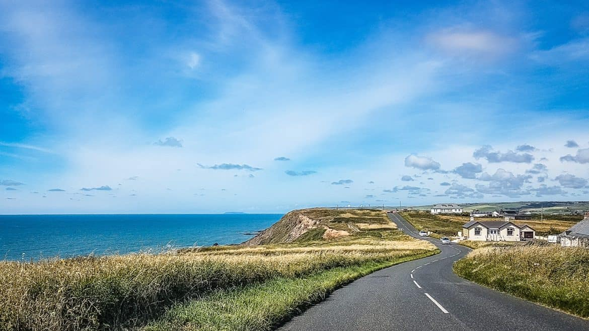 It's little wonder Cornwall is considered one of the most scenic stretches of coastline in England! With dramatic cliffs, hidden coves, lost gardens and the best ice cream ever, Cornwall is just begging to be explored. Here's the itinerary for the ultimate road trip in Cornwall taking you all around this spectacular coastline. #Cornwall #RoadTrip #Travel #England Get the full route here: //mowgli-adventures.com/ultimate-road-trip-in-cornwall/