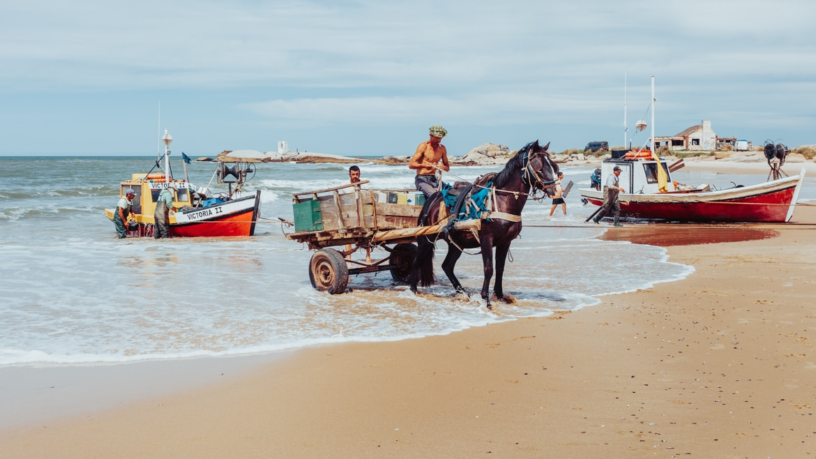 The highlight of our time in Punta del Diablo was the daily return of the fishermen in their traditonal boats on Playa de Los Pescadores