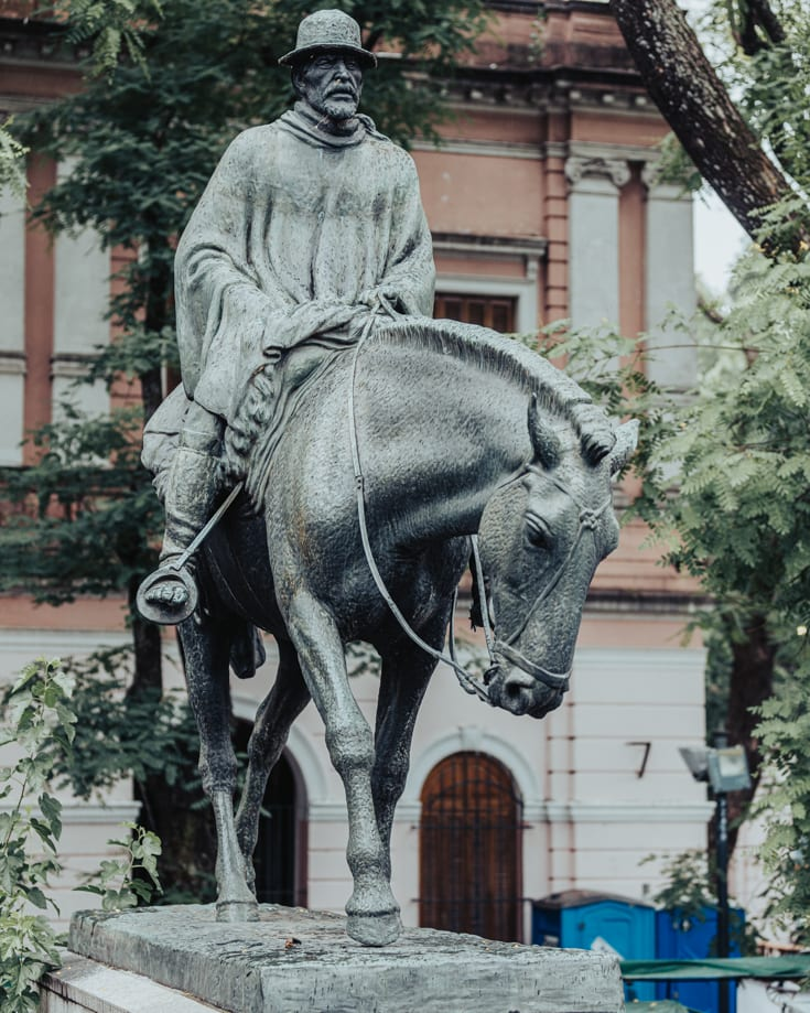 El Resero statue of a gaucho on a horse with a weird gait in Mataderos