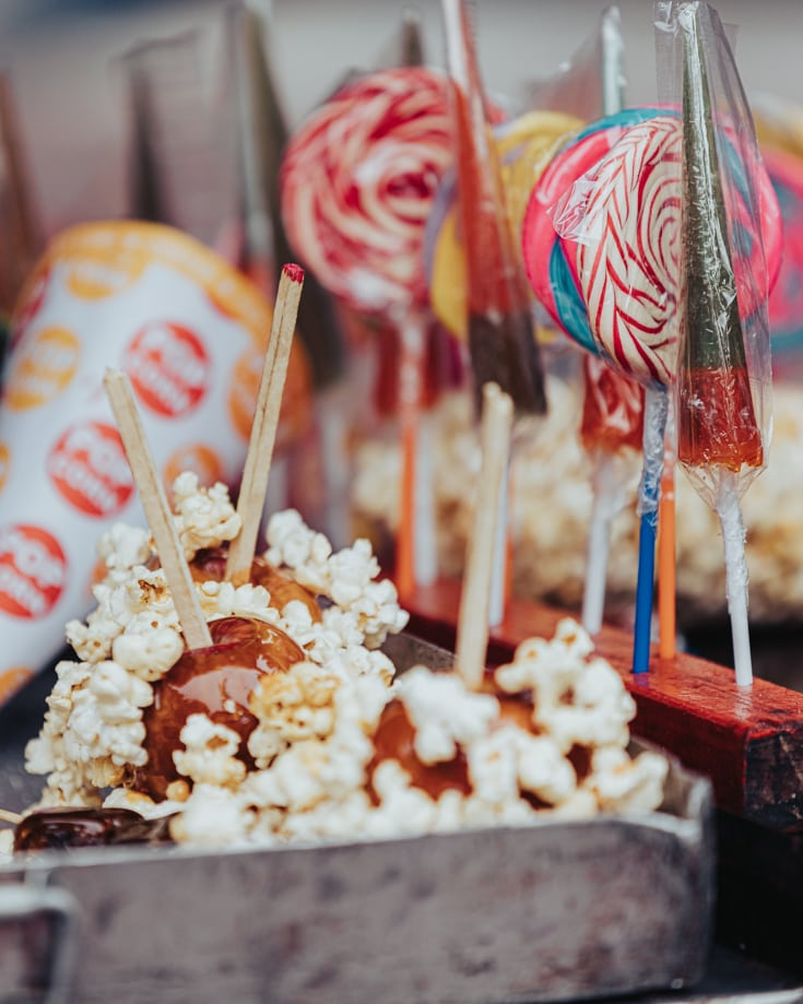 toffee apples for sale with popcorn stuck to them in Buenos Aires